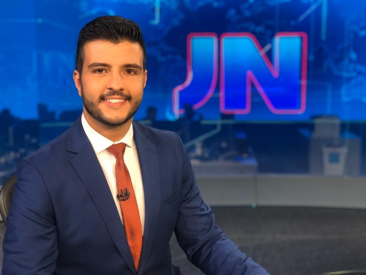 Jornalista Matheus Ribeiro foi o primeiro apresentador abertamente gay do Jornal Nacional, quando trabalhou na TV Globo. (Foto: Reprodução / TV Globo)