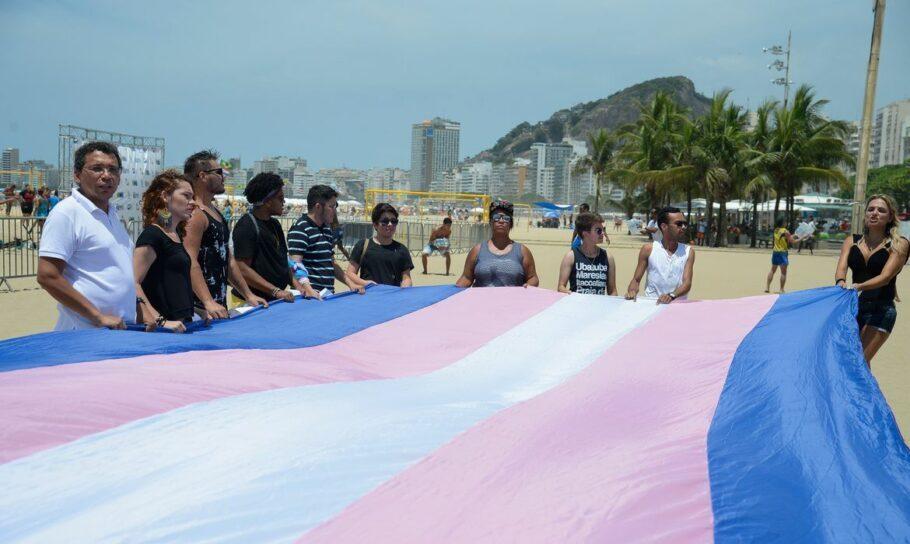 Manifestação realizada na praia de Copacabana lembra as vítimas da transfobia no Brasil