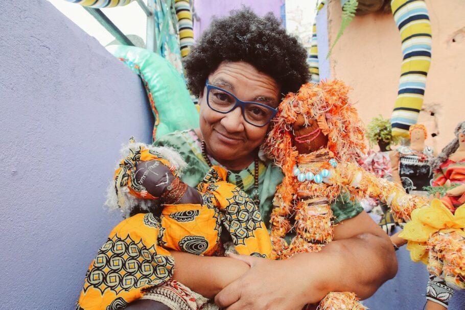 Aos 55 anos, Dona Jacira, compreendeu a importância de se reconectar com a criança que existe dentro dela. Ela passou a confeccionar bonecas de pano em parceria com moradores do Cachoeira, bairro na Serra da Cantareira, na Zona Norte de São Paulo