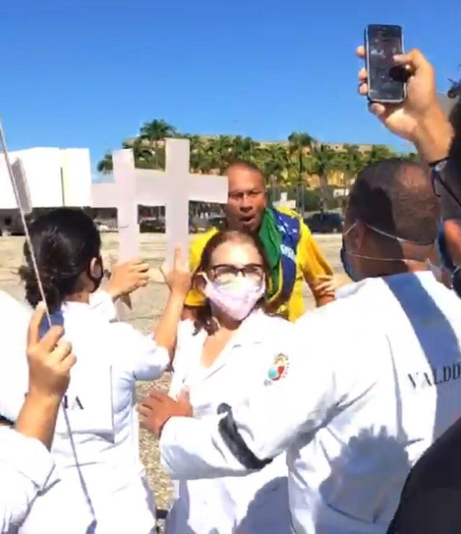 enfermeira agredida enquanto homenageava colegas mortos pela covid-19