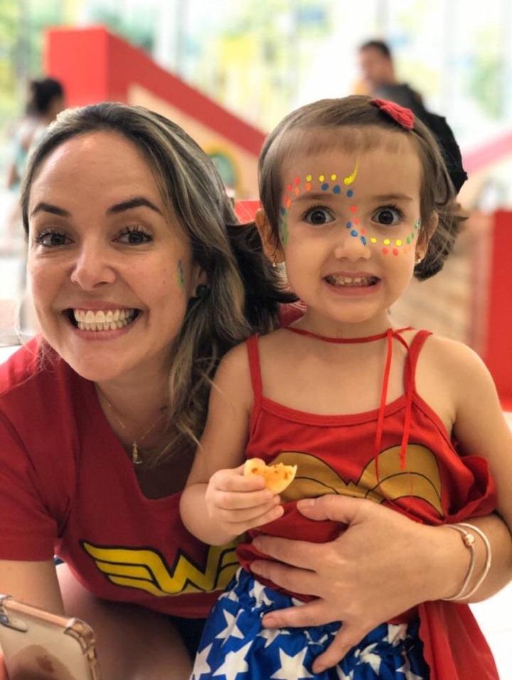 a enfermeira Gabriela Faria e a filha