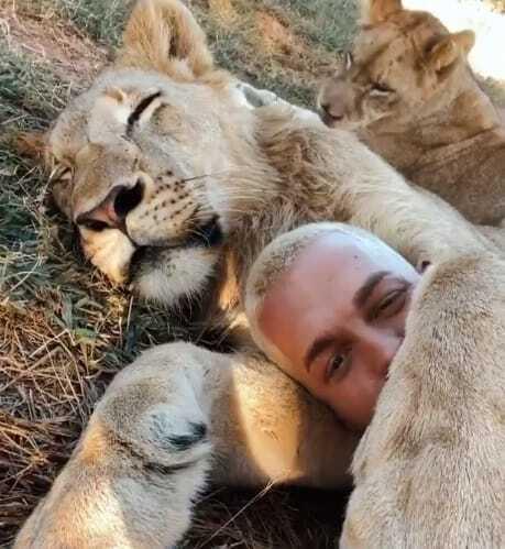 fundador do santuário abraçado com um leão