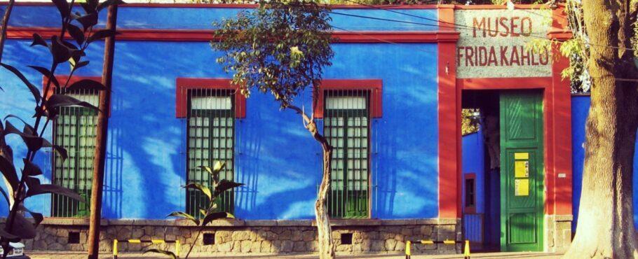 O Museu Frida Kahlo, também conhecido como Casa Azul, é um museu-casa dedicado à vida e à obra da artista mexicana Frida Kahlo