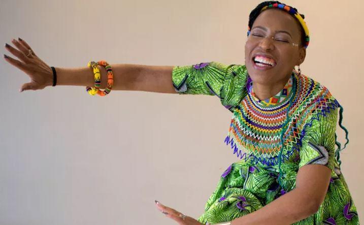 mulher ensina Dança Zulu