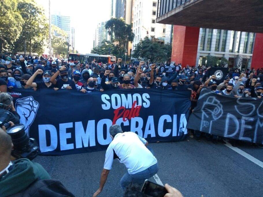 torcidas organizadas fazem ato pela democracia