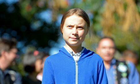 Aqui ela está de azul, mas verde é a cor mais quente da amizade de Greta Thunberg pela floresta