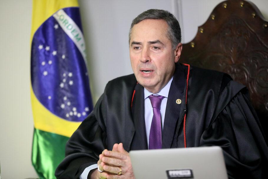 Presidente do TSE, Luis Roberto Barroso, alegou ter curtido 'sem querer' postagem contra Bolsonaro no Twitter