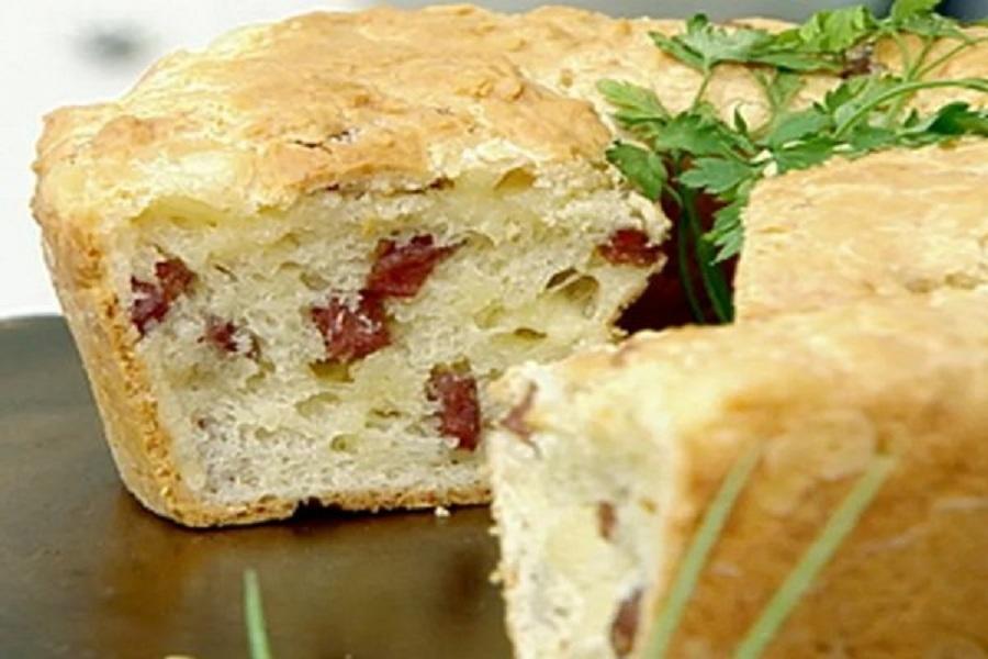 bolo de pão de queijo com linguiça e provolone