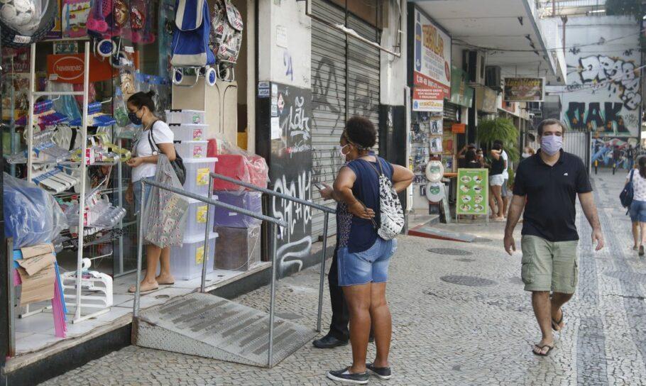 Lojas de rua na Tijuca funcionam em reabertura antecipada do comércio pela no Rio de Janeiro