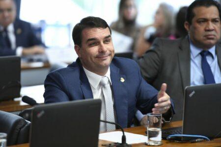 Há fortes indícios de lavagem de dinheiro por Flávio Bolsonaro, diz MP