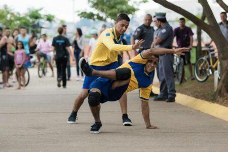 grupo de danças urbanas da Zona Leste convida o público para viajar por histórias dançadas em diversos espaços urbanos e conhecer um pouco da trajetória destes carteiros bailarinos.