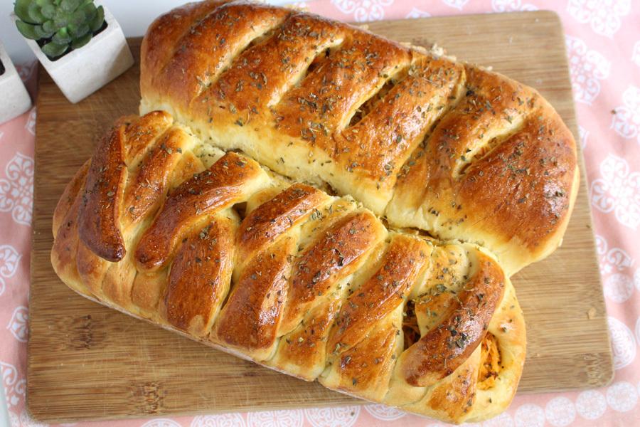 Pão recheado com frango cremoso