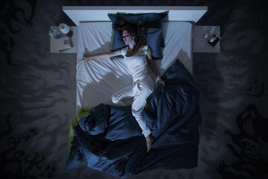pessoa com insônia tentando dormir