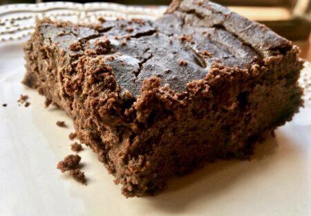 Brownie vegano de chocolate sem glúten feito com feijão
