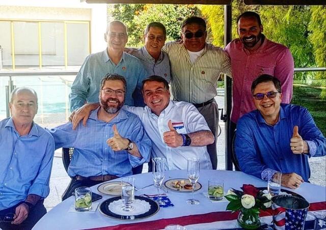 Imagem compartilhada nas redes sociais mostra Bolsonaro e ministros celebrando o 4 de Julho