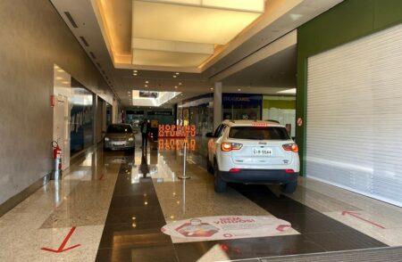 Um shopping liberou drive-thru dentro do prédio para compras dos clientes