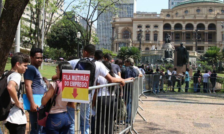 Governo Bolsonaro acaba com prazo para recontratação de funcionário demitido durante a pandemia