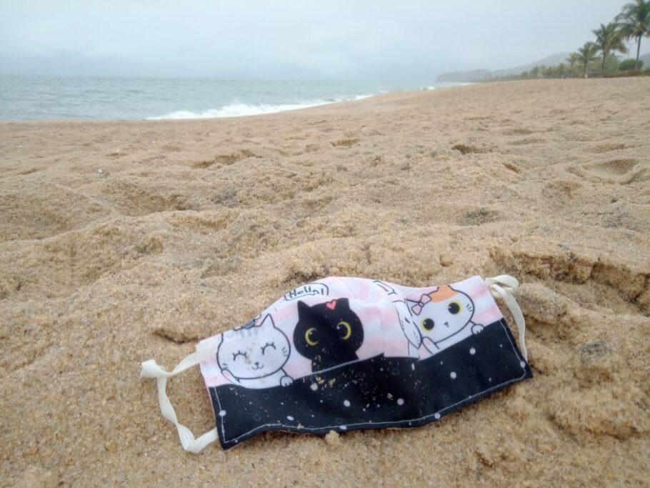Mais de 20 máscaras foram encontradas nas areias das praias do litoral norte de SP nas últimas semanas
