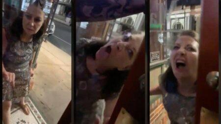 Mulher lambeu a porta de um bar em Louisiana, nos EUA, após ser barrada