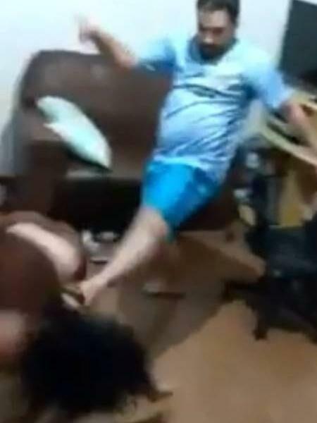 jovem surda sendo agredida pelo namorado