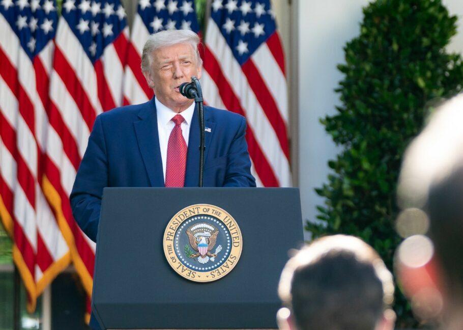 Trump voltou a minimizar o racismo e defendeu uso da bandeira confederada no país
