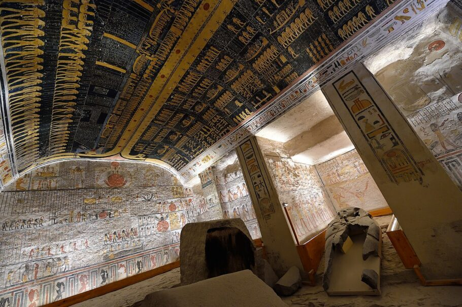 Não se esqueça de olhar para as imagens no teto da câmara funerária na tumba de Ramsés VI