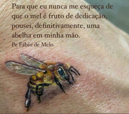"""A abelha da sorte """"pousou"""" na mão do padre"""