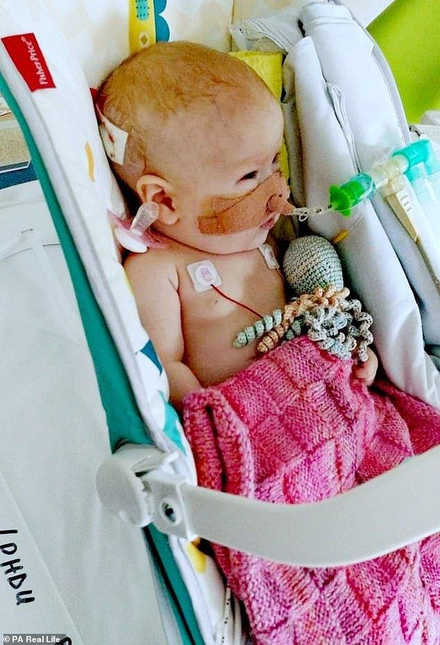 criança com condição rara sofre paradas cardíacas constantemente