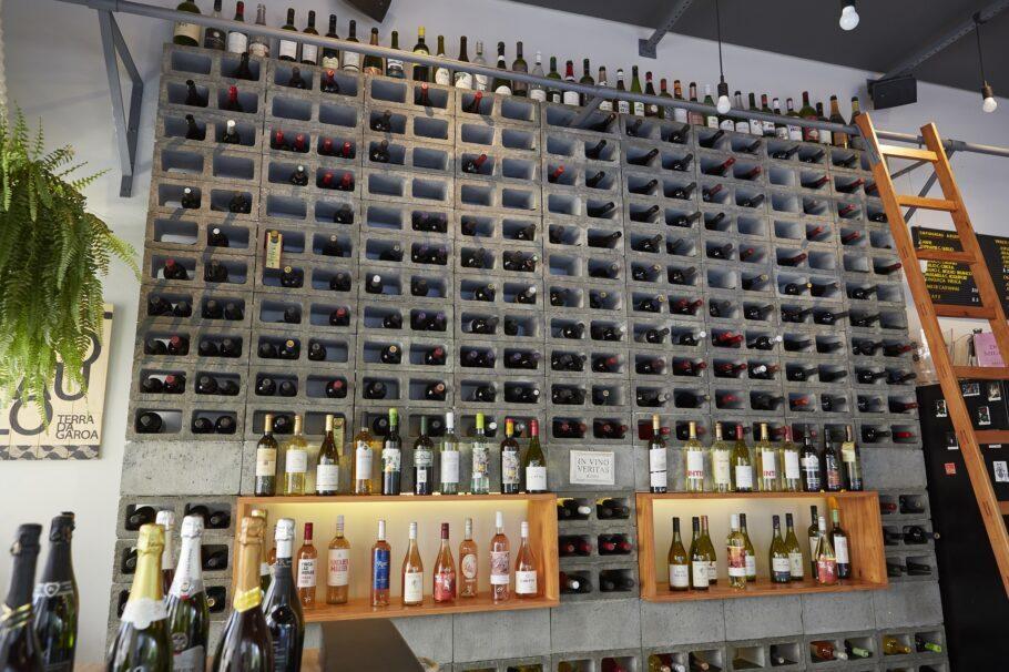 Olha que legal essa parede de blocos de concreto e muitas garrafas de vinho!