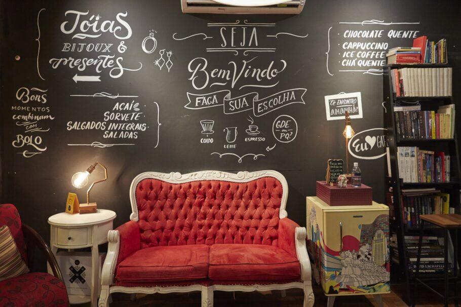 O SP Lovers Café ainda tem esses móveis vintage e aposta naquela jazz gostosinho como trilha sonora ambiente