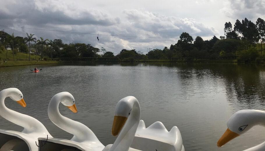 Caiaque, tirolesa e pedalinho no lago do hotel