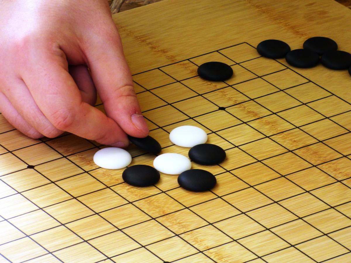 O Go é um jogo de tabuleiro especialmente popular em países asiáticos como China, Japão e Coreia do Sul