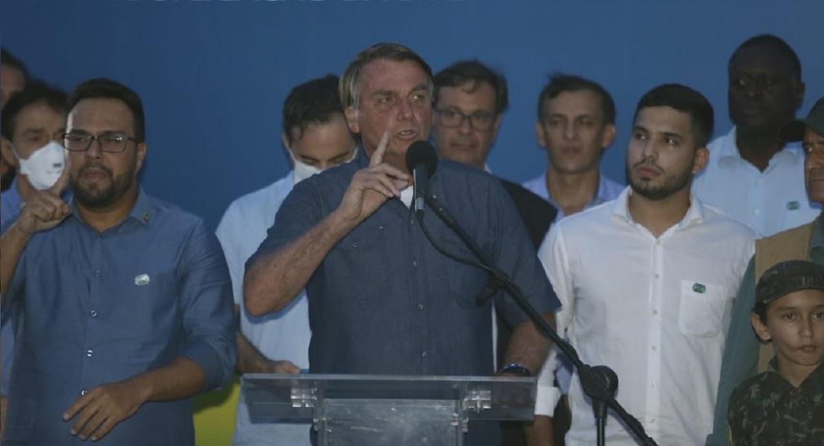 Bolsonaro diz que 'governador que fechar estado' deverá bancar auxílio emergencial