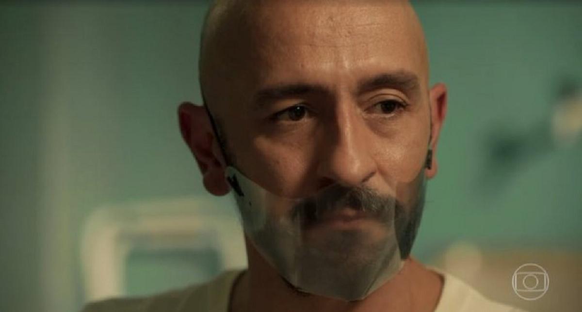 Irandhir Santos interpretando Álvaro em 'Amor de Mãe'