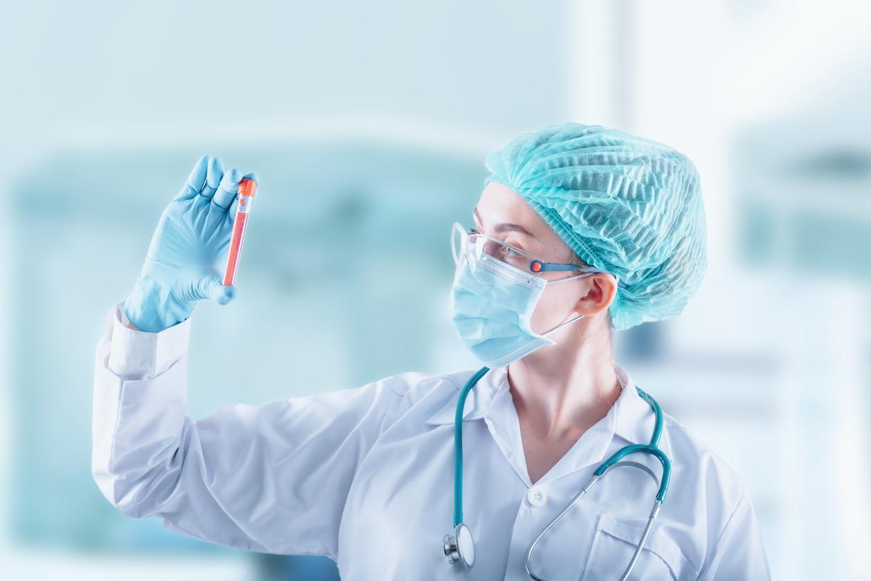 Médica com tubo na mão