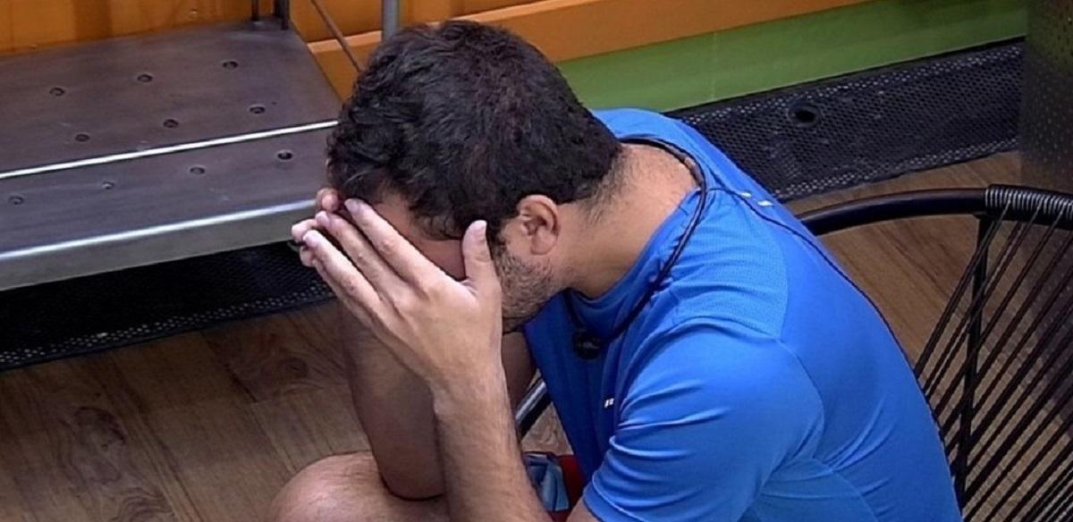 Gilberto se emociona com medo de ser eliminado no BBB 21: 'Estou sozinho'