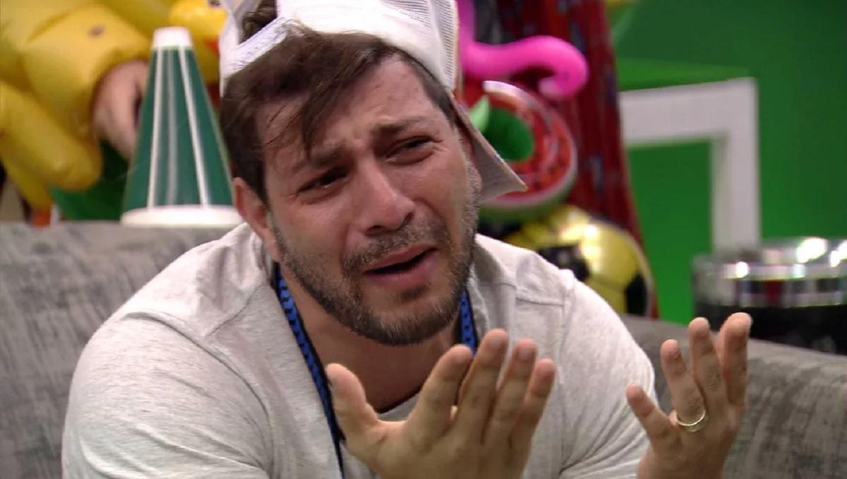 Caio chorando