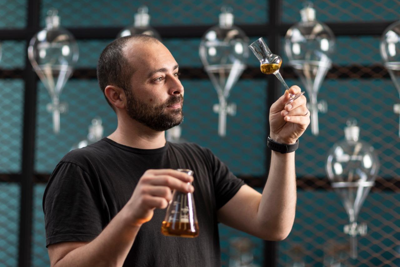 O mestre destilador Darren Rook trouxe sua experiência na Inglaterra com destilação de gin, uísque e outras bebidas para se aprofundar no estudo de ingredientes brasileiros