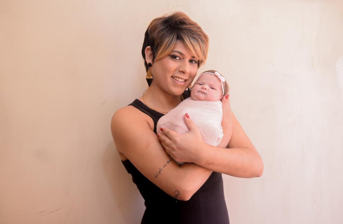 Fabiana Santos segurando no colo sua primeira filha, Alex