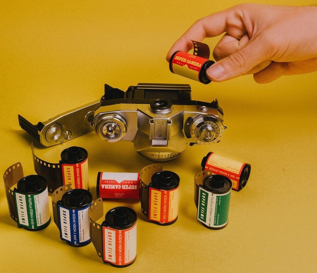 A Super Camera produz seus próprios filmes usando película de cinema como matéria prima