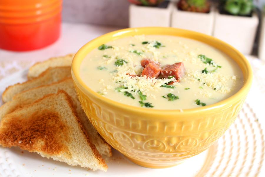 Sopa cremosa de alho-poró com calabresa