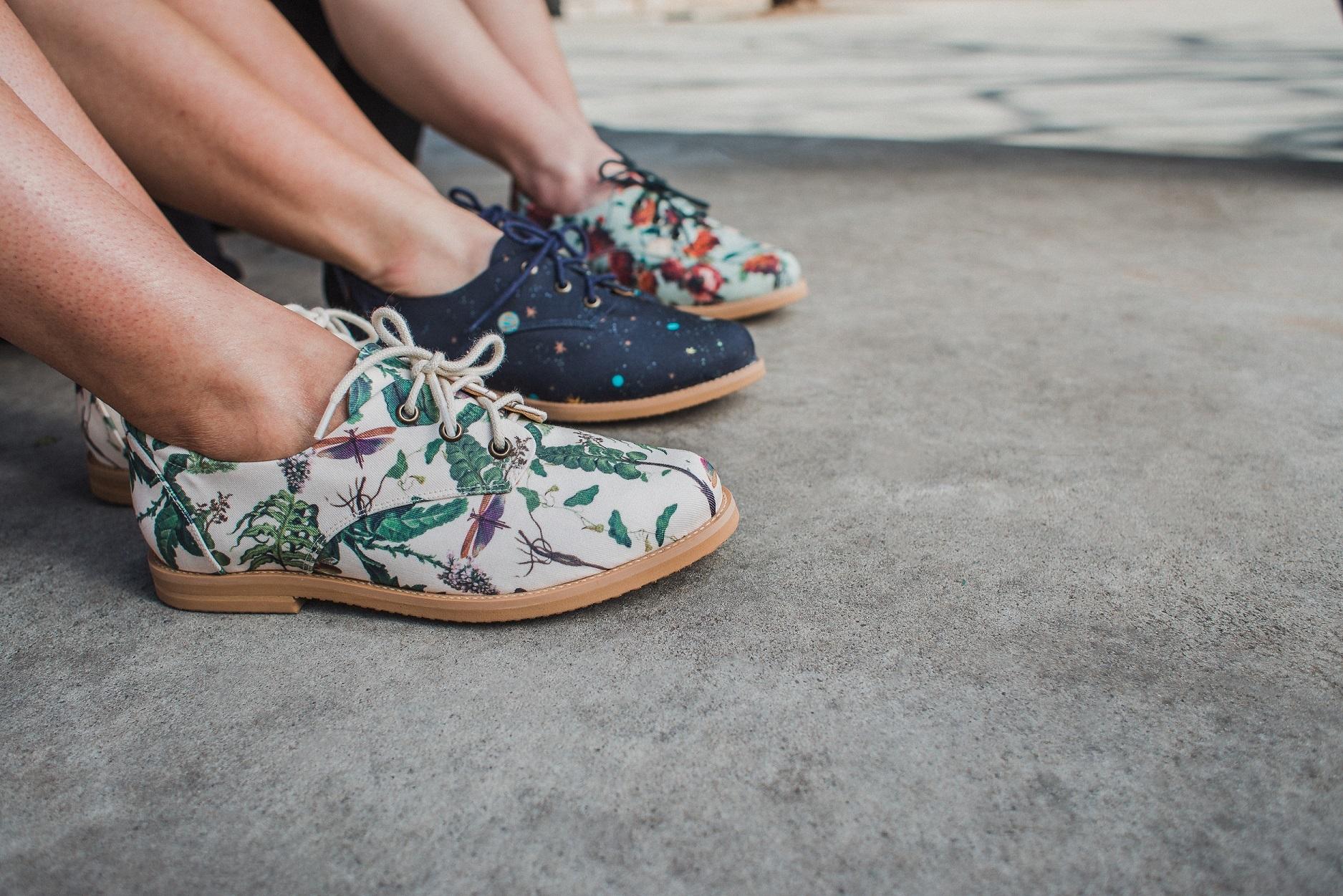 Os sapatos e roupas da Insecta são confeccionados de materiais que você nunca imaginaria, como borracha reciclada, sobras de tecido, latão reciclado, fios de garrafa PET, algodão reciclado e roupas de brechó