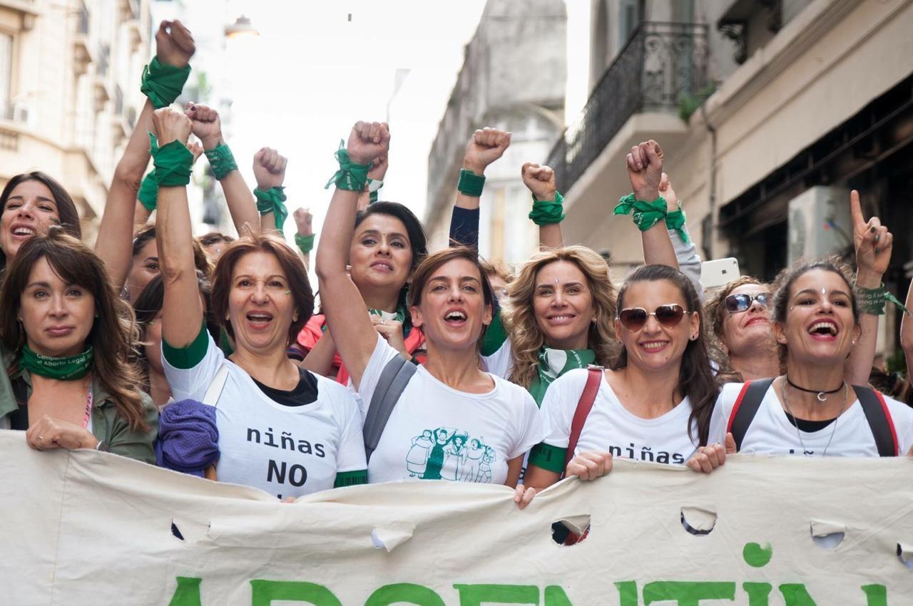 Mulheres receberão aposentadoria após cuidado materno ser considerado 'trabalho' na Argentina