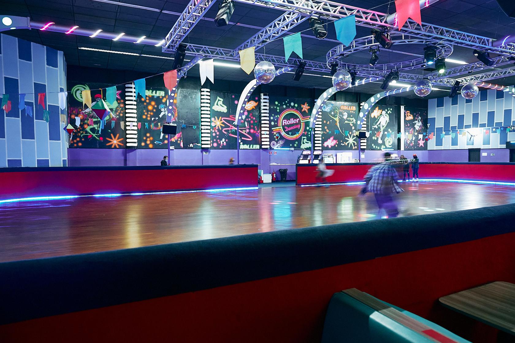 Você tem a chance de voltar no tempo no Roller Dancing, uma charmosa pista de patinação e lanchonete em São Caetano do Sul