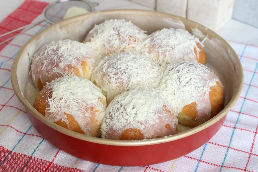 Pão doce de coco com leite condensado