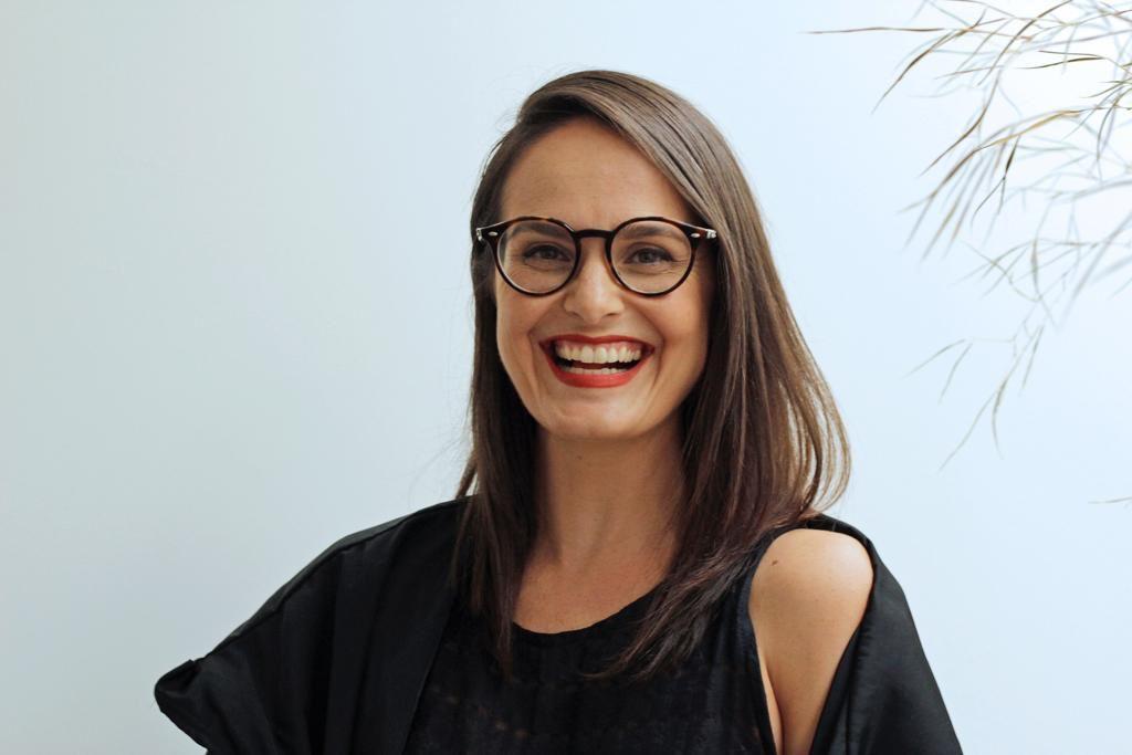 """""""Os tempos precisam ser reavaliados e, junto com eles, há o resgate do afeto, a valorização dos processos manuais, das histórias por trás dos produtos"""", revela Camila Farina, idealizadora da Open Feira de Design"""
