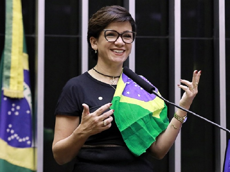 """Deputada federal, Alê Silva apoiou o veto de Jair Bolsonaro à distribuição de absorventes para mulheres em vulnerabilidade social e sugeriu o uso de """"paninhos"""". Veja reações na web."""