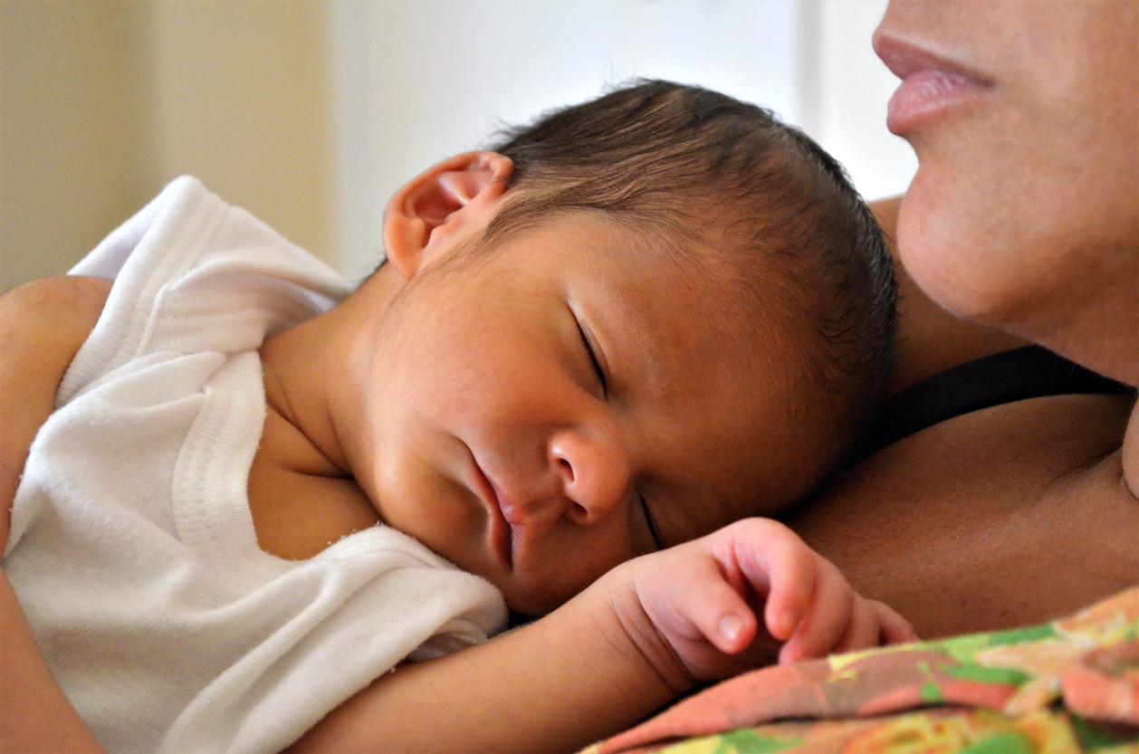 Ao entrar em contato com a pele da mãe, o bebê acalma os batimentos cardíacos, diminuindo o stress e estabilizando a temperatura corporal