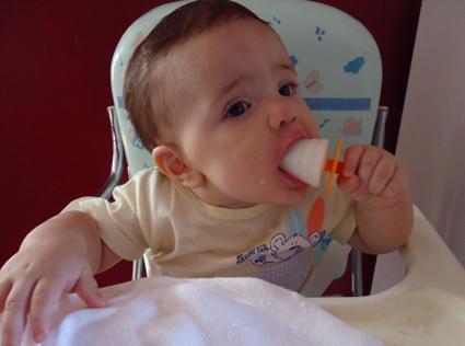 Para aliviar o calor, famílias fazem picolé de leite materno para os bebês