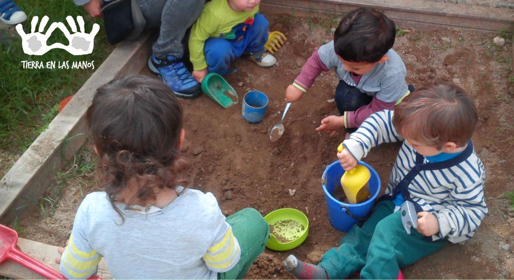 Cada escola tem suas características e seu espaço próprio, e o ideal é encontrar ali formas de criar um espaço criativo ao ar livre para as crianças brincarem.